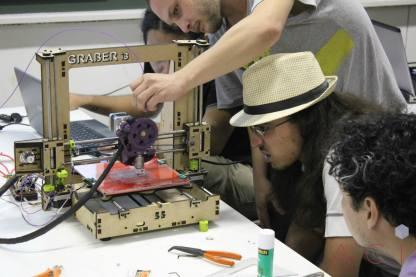 Alunos da oficina de impressão 3D começam a testar a máquina. (foto: Alexandre Wolf/ACI-FAAC)