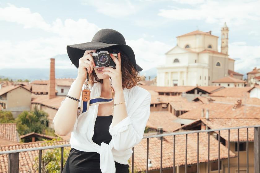 Mulher com câmera viajando