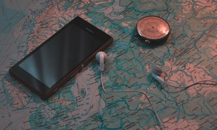Smartphone com mapa mundi