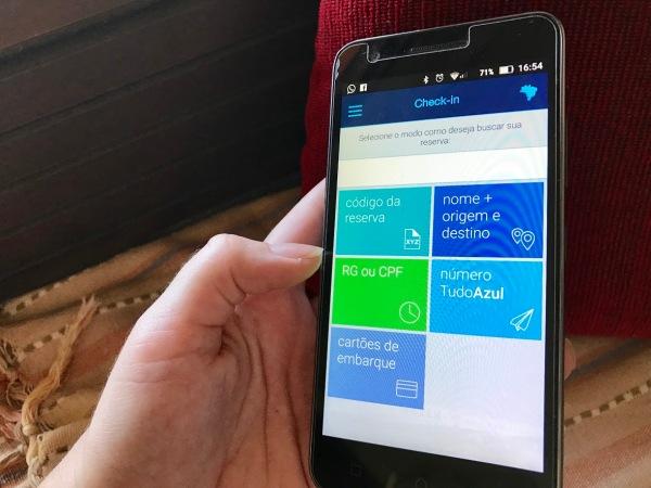 celular com aplicativo da Azul