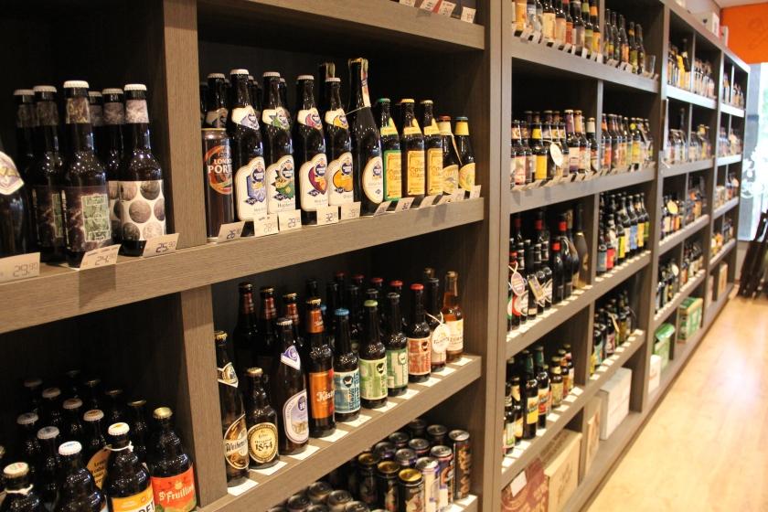 Prateleira de cervejas especiais em loja em Bauru. (Foto: Alexandre Wolf)