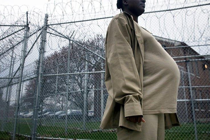 mulher grávida prisão