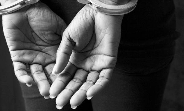 mãos mulher algemas