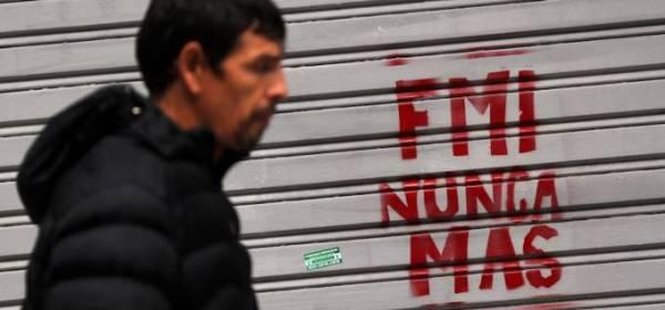 A situação de crise no país causa descontentamento por parte da população, insegurança no mercado e o recuo de parcerias comerciais.